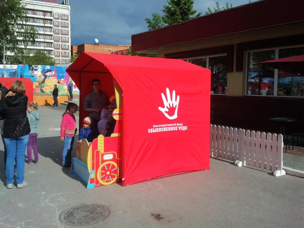 Палатка торговая брендированная для благотворительного фонда