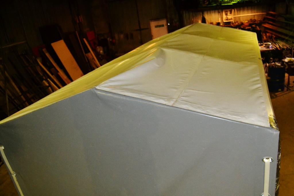 Белая крыша тента легкового прицепа