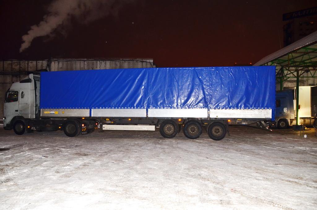 Тент-чулок синего цвета на полуприцеп Krone